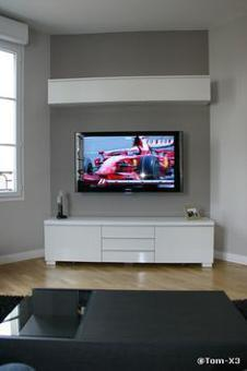 tv accrochée au mur